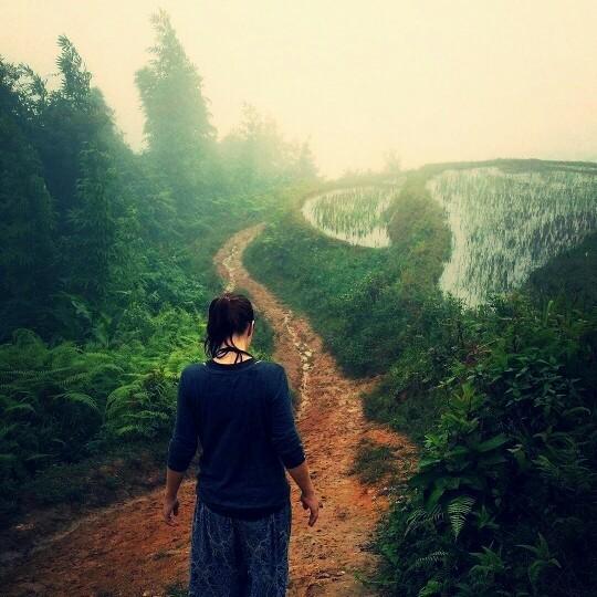 Foto - Auf schlammigen Wegen durch die vietnamesischen Reisterrassen.