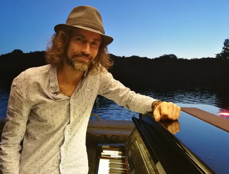 Foto von Joe Löhrmann mit seinem Traveling Piano